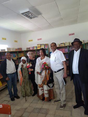 De oprichters van Stichting Wondem met lokale donateurs