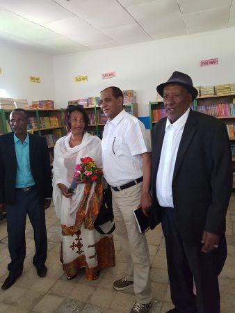 Etetu en Tefera Zerfu met opa Zerfu (r) en schooldirecteur (l) van basisschool van Mezezo