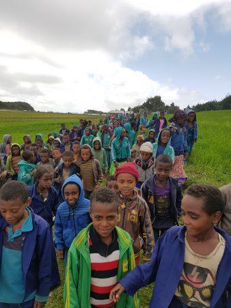 Leerlingen tijdens openingsceremonie van waterputten in Kobastil